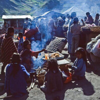 Indiofamilie am Kochen – Ecuador, Zumbahua – März 1985