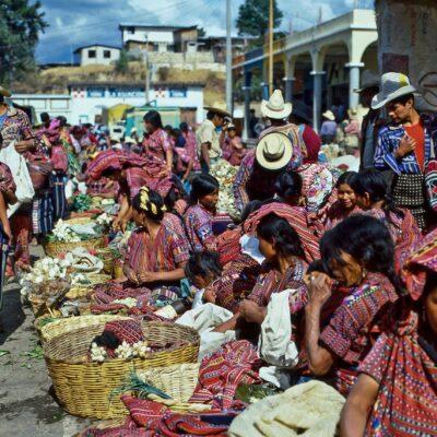 Intensive Farben im Gemüsemarkt – Guatemala, Sololá – April 1985