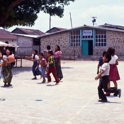 Freudiges Spiel mit vielen Bällen – Guatemala, San Pedro la Laguna – April 1985