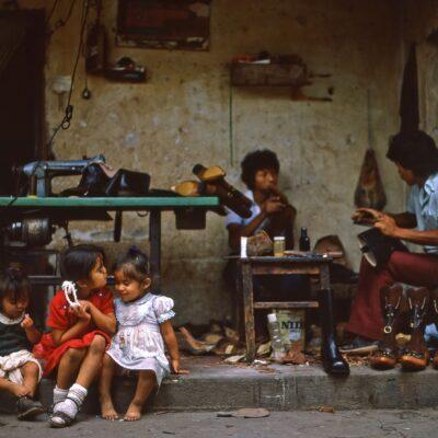 Drei Mädchen in Schuhmacher-Werkstatt – Guatemala, Antigua – Mai 1985