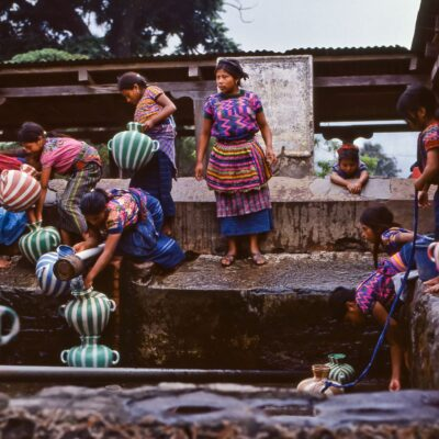 Wasserholen im Waschhaus – Guatemala, Santa Maria de Jesus – Mai 1985