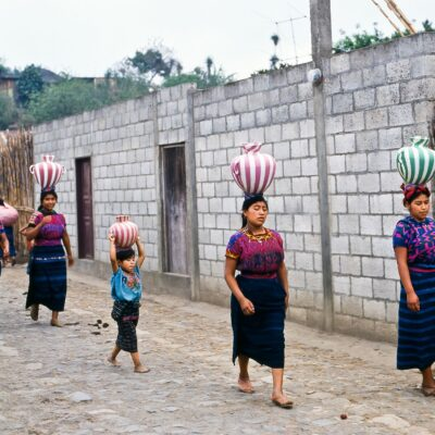 Frauengruppe balanciert Wassergefäße – Guatemala, Santa Maria de Jesus – Mai 1985