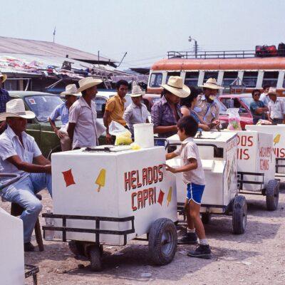 Konkurrierende Eisverkäufer warten auf Kundschaft – Guatemala, Flores – Mai 1985