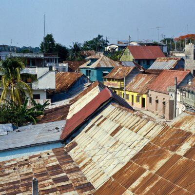 Farbenfrohe Dächer und Fassaden – Guatemala, Flores – Mai 1985
