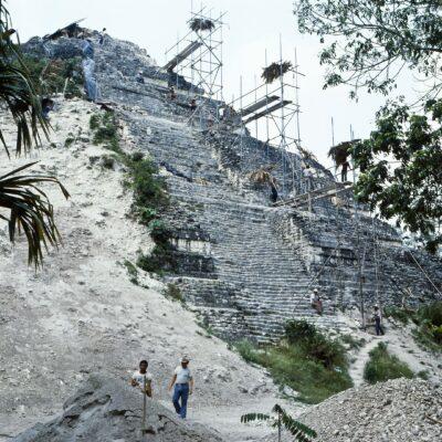 Tempel wird von Geröll befreit – Guatemala, Tikal – Mai 1985