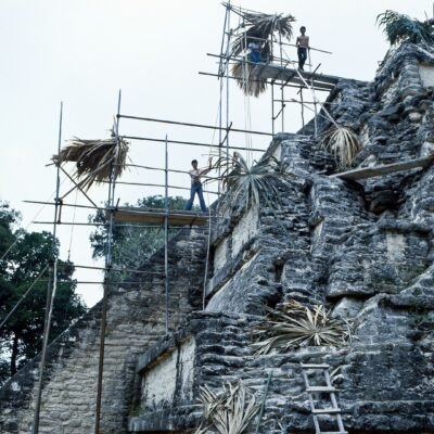 Wackliges Gerüst bei der Tempelfreistellung – Guatemala, Tikal – Mai 1985