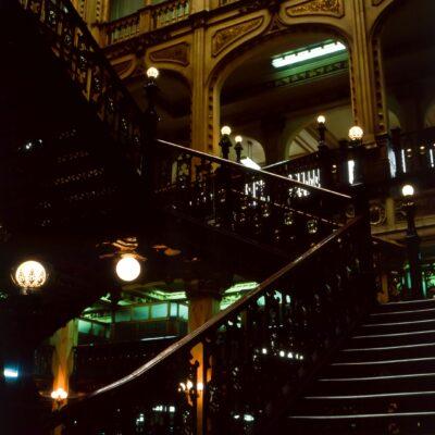 Harmonisch-schöne Innenwelt des Postpalastes – Mexiko, Mexikostadt – Juni 1985